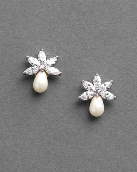 """The Naomi"" Freshwater Pearl Stud Earrings - Sweet Heart Details"
