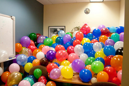 amusing-office-co-worker-prank-filled-with-balloons-lol
