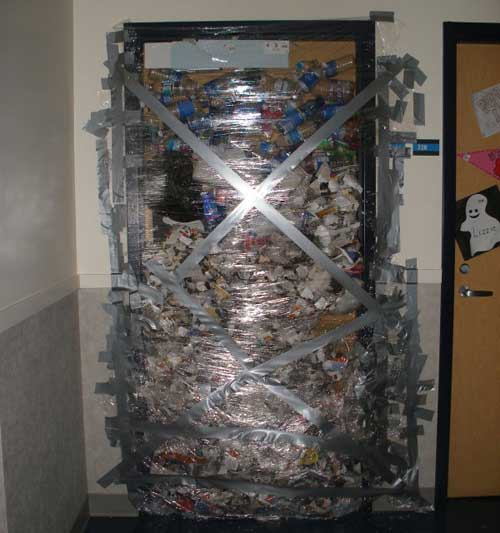 dorm-room-uni-taped-door-prank