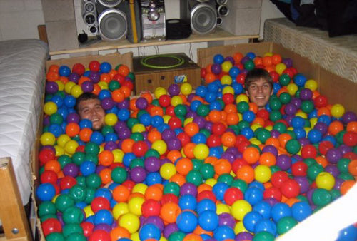 funny-college-dorm-room-filled-with-plastic-play-balls-lol-uni-mates-revenge