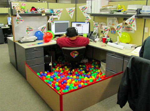 hilarious-office-co-workers-prank-idea-colleague-desk-turned-into-a-ball-pit-clever