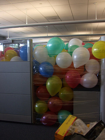 office-cubicle-filled-with-balloons-funny-prank-trick-by-colleague