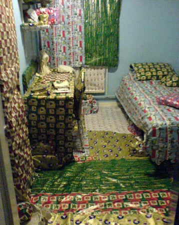 wrapping-paper-dormroom-uni-students-funny-prank