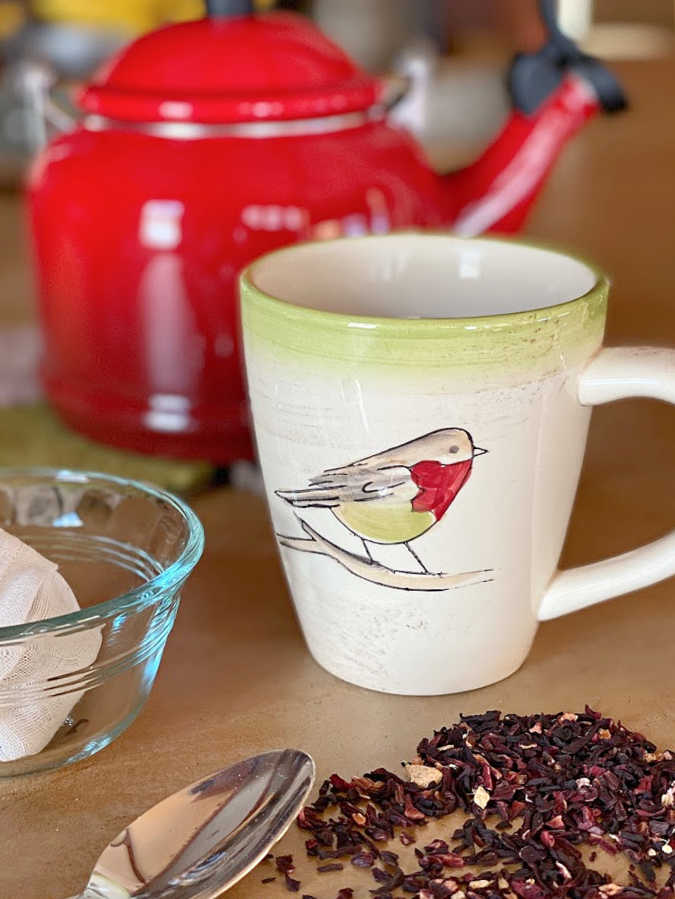 How to easily make reusable fabric tea bags. Try this easy sewing project to make loads of tea bags for a delicious cup of tea! #reusableteabag #sustainable #teatime #easysewing