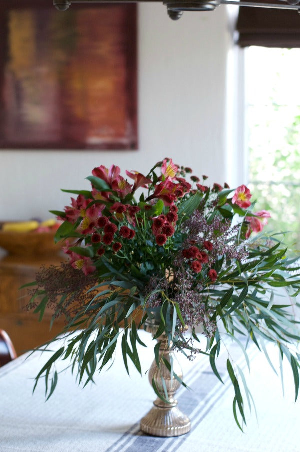 Click through to create my easy autumn floral spray centerpiece | Easy Thanksgiving tablescape | Fall decor | SatsumaDesigns.com #fallwedding