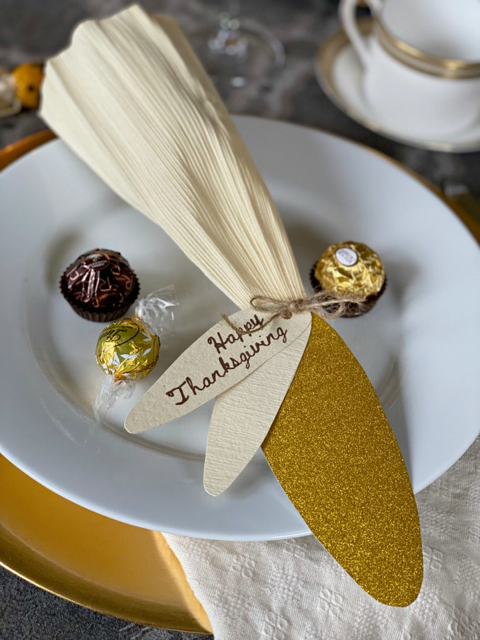 Corn Husk Party Favor Place Cards. Try these easy to make party favors and fill them with everyone's favorite candies this Thanksgiving! #partyfavor #placecard #Thanksgiving #feast #party #partyplanning #holiday #hostess
