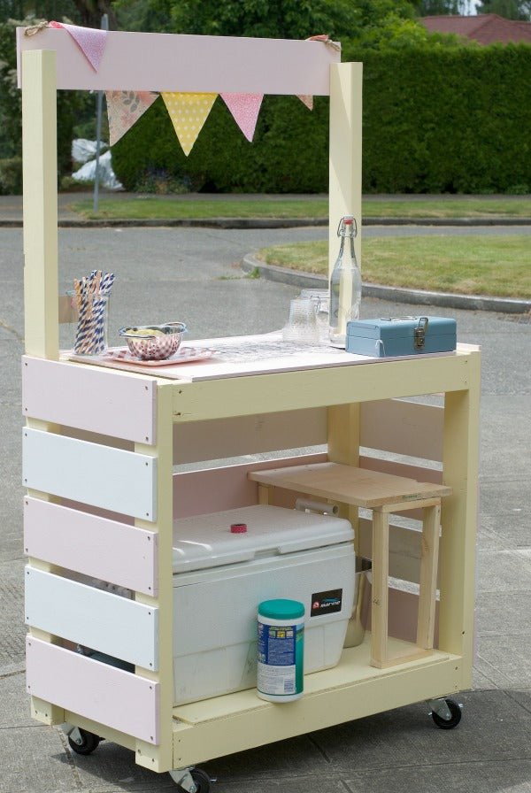 Click through to find out how to build this rolling lemonade stand for lots of summer fun with the kids | DIY construction project | Easy construction project | SatsumaDesigns.com