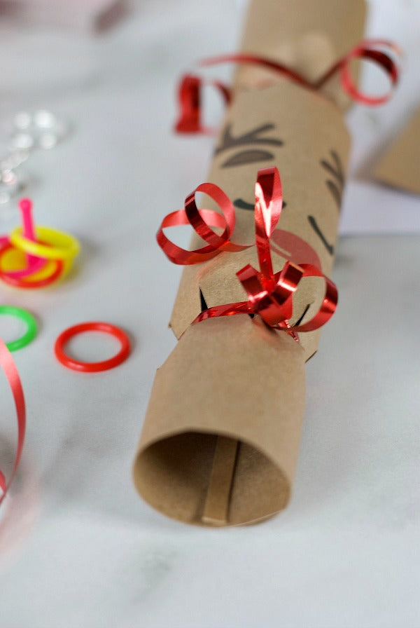 DIY Snowman and reindeer Christmas crackers with easy PDF printable. Try these easy to print and assemble Christmas crackers for your holiday party! Fun for kids to make too! #Christmas #Christmascrackers #holiday #holidayfun #diyChristmas #Christmasdinnercrafts #kidstable #satsumadesigns