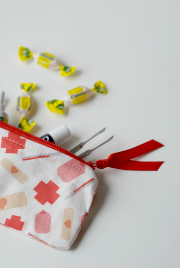 Get well soon fabric lined zipper pouch | Easy sewing project | SatsumaDesigns.com #sewing