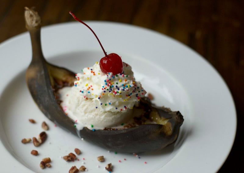 Click through to find out to make a grilled banana split in no time! | Delicious dessert recipes | Easy banana split recipe | SatsumaDesigns.com #bananasplit