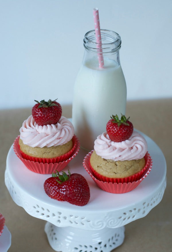 Click through to view my easy recipe for peanut butter and strawberry jelly cupcakes for back to school fun! | Back to school treats | after school snack | SatsumaDesigns.com #backtoschool #recipes #cupcakes