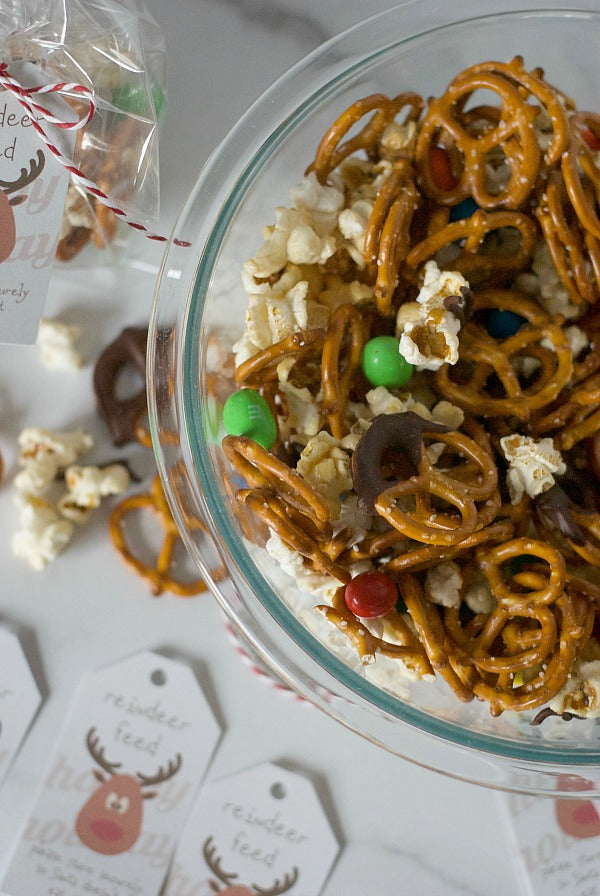 Salty and sweet reindeer feed snack recipe and printable for the holiday season and beyond. Delight Santa on Christmas night with this crunchy and sweet treat! #Santaiscoming #snackfood #holidayrecipes #Christmas #reindeerfeed #reindeer #SantaClaus