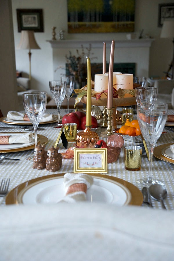Rose gold, amber and yellow gold thanksgiving tablescape | Easy and pretty tablescape with warm tones for family and friends to gather around the table | #rosegold #amber #yellowgold #Thanksgiving #tablescape #decor #placesetting #printable #satsumadesigns