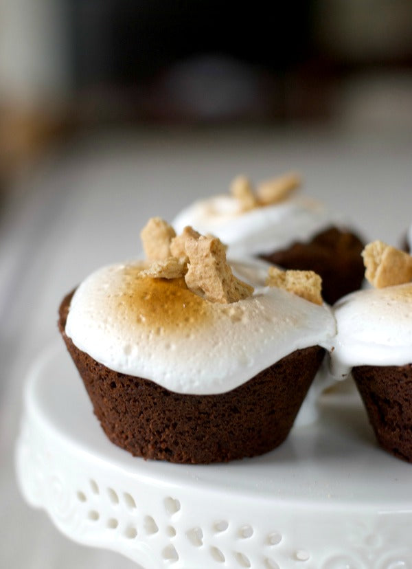 Click through to discover my s'mores brownie cupcake recipe with cinnamon graham cracker crumble recipe | Summer desserts | SatsumaDesigns.com #smores #dessert