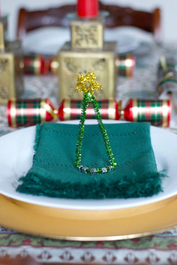 Click through to make my easy sparkle stem tree place card for holidays | Easy kids crafts | SatsumaDesigns.com #Christmas #decor #partyplanning