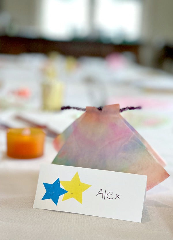 Star burst place cards printable for party hosting and how to create a seating chart to delight all guests #entertaining #hosting #birthdayideas #partyplanning #seatingchart #weddingplanning #satsumadesigns