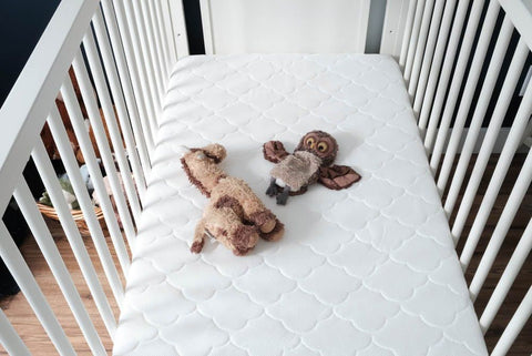 Crib with no blanket because parents don't know when can baby sleep with blanket