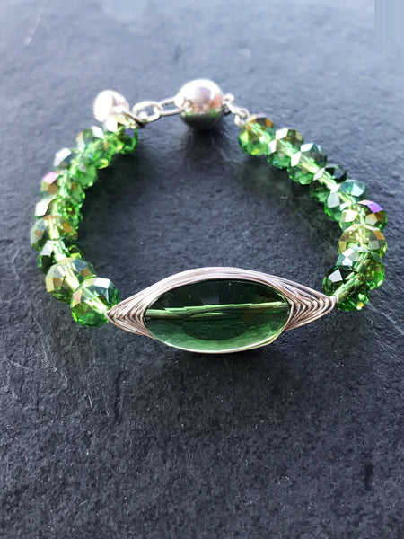 Green crystal wire wrapping bracelet - handcrafted Jewelry Luzjewelrydesign