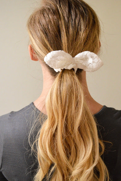 KNOTTED WHITE EYELET SCRUNCHIE