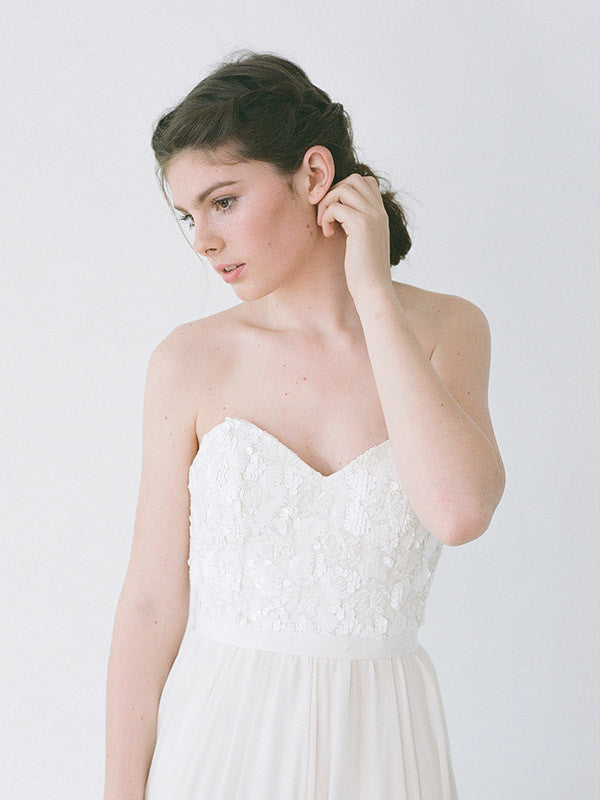 An sweetheart neckline, ivory sequinned wedding gown.