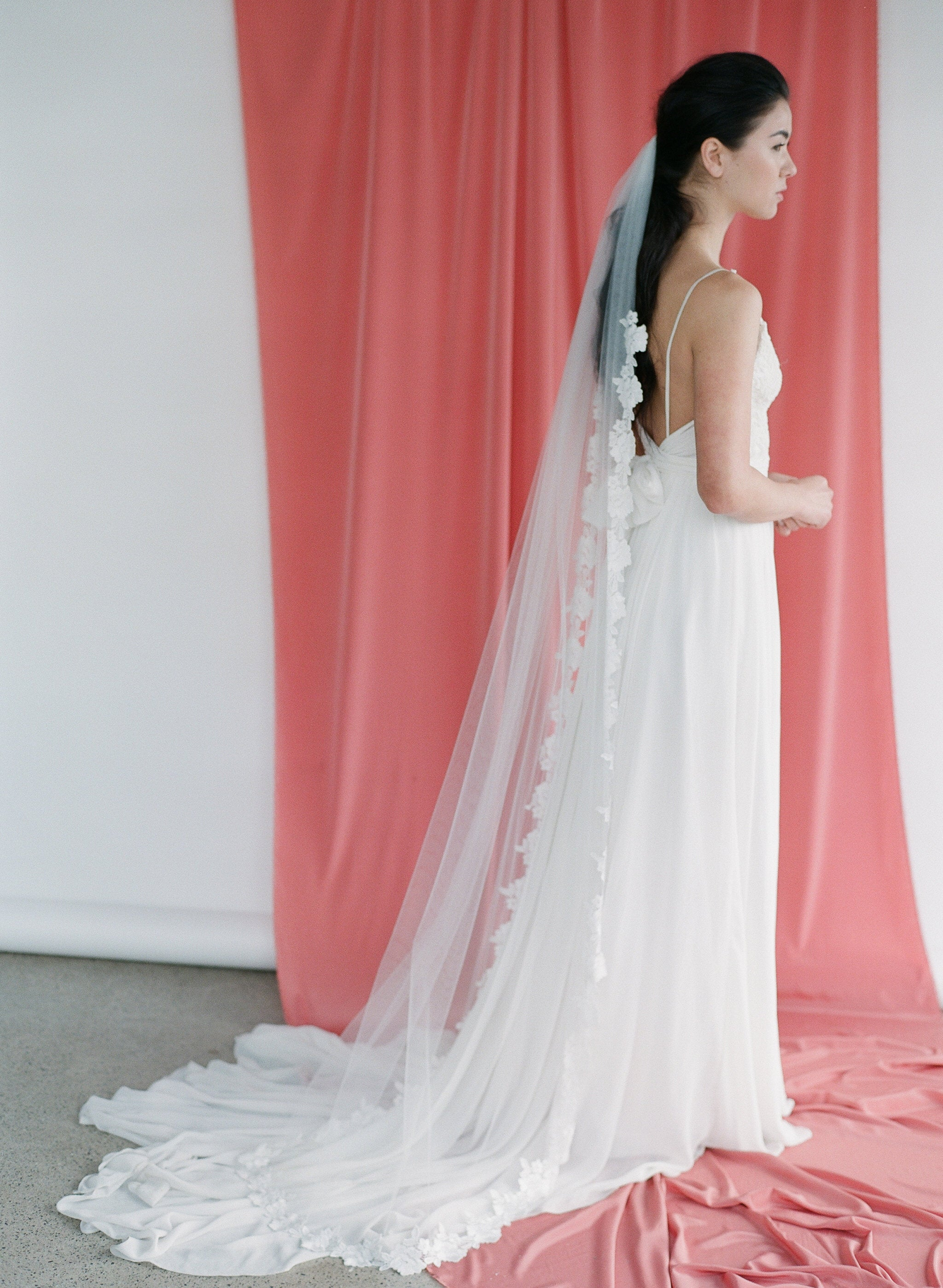 Classic tulle veil with a floral lace trim