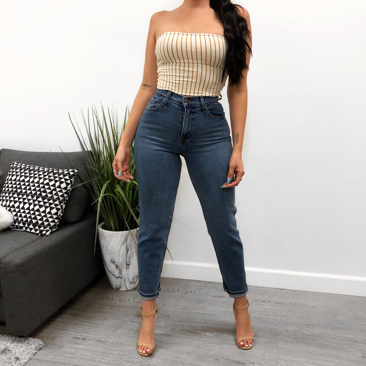 light denim high waist jeans with zipper, mom jean fit, two back pockets and two front pockets, adjustable folds at the bottom.
