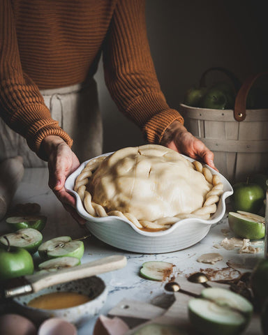 Laurel Pie Dish with apple pie