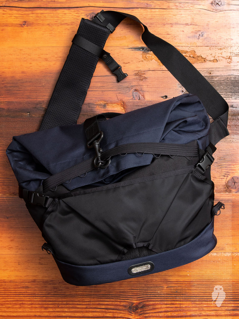Wonder Messenger Bag in Navy