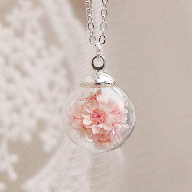 Glass Encased Flower Pendant Necklacce SP179603