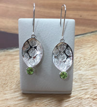 Load image into Gallery viewer, Pattern Leaf Earring with stones Ai160E