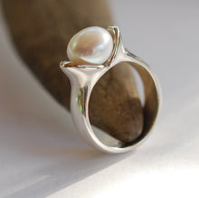 Load image into Gallery viewer, Pearl Bud Ring sml Ai127