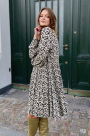 Flow Dress Flower | Sort | Kjole med blomsterprint fra Freequent