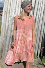 Luna Sleeveless Boho Dress | Salmon Rose | Kjole fra Black Colour