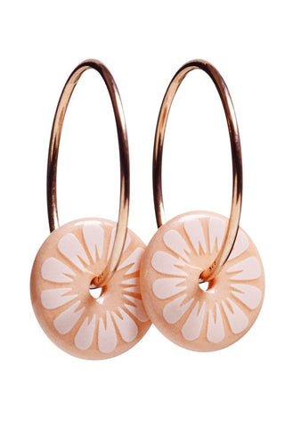 Bloom øreringe (rose) med rose gold ringe fra Scherning