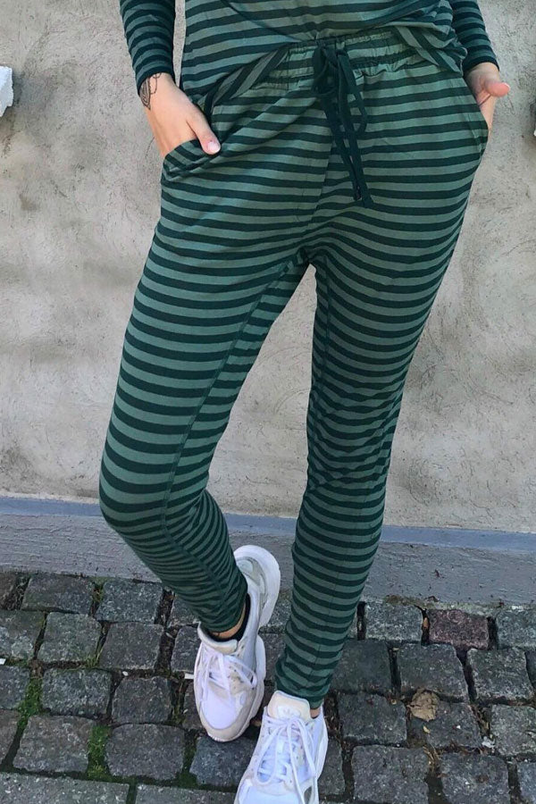 Beds Are Burning | Green stripes | Bukser fra Comfy Copenhagen