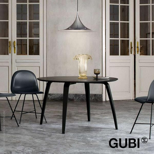 Komplot Dining Table, Round, Black Stained Ash fra GUBI