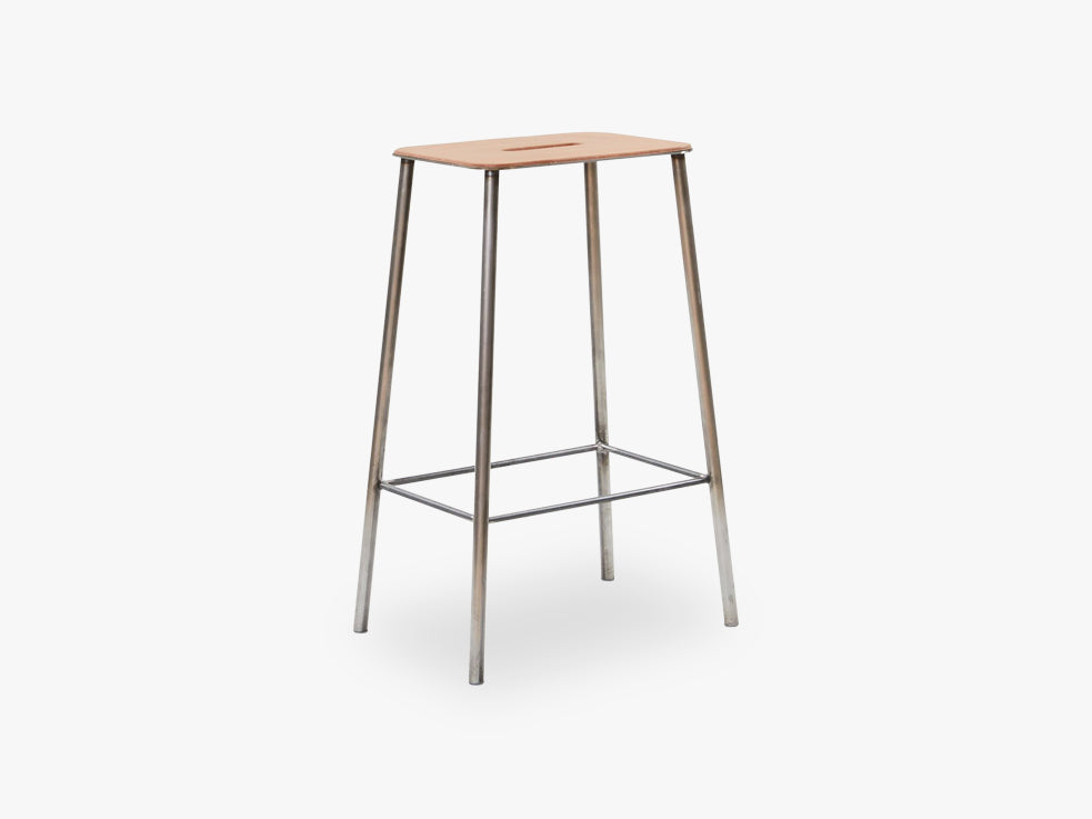 Adam Stool H65, Raw Steel Leather fra FRAMA