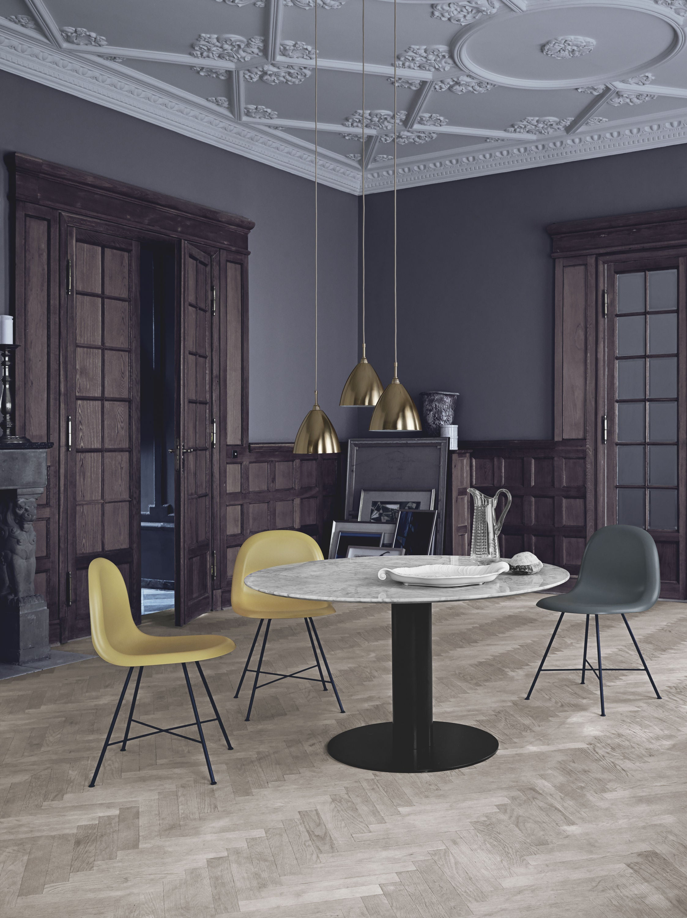 GUBI 2.0 Dining Table - Round - Dia 110 Brass Base, Glass Granite Grey fra GUBI