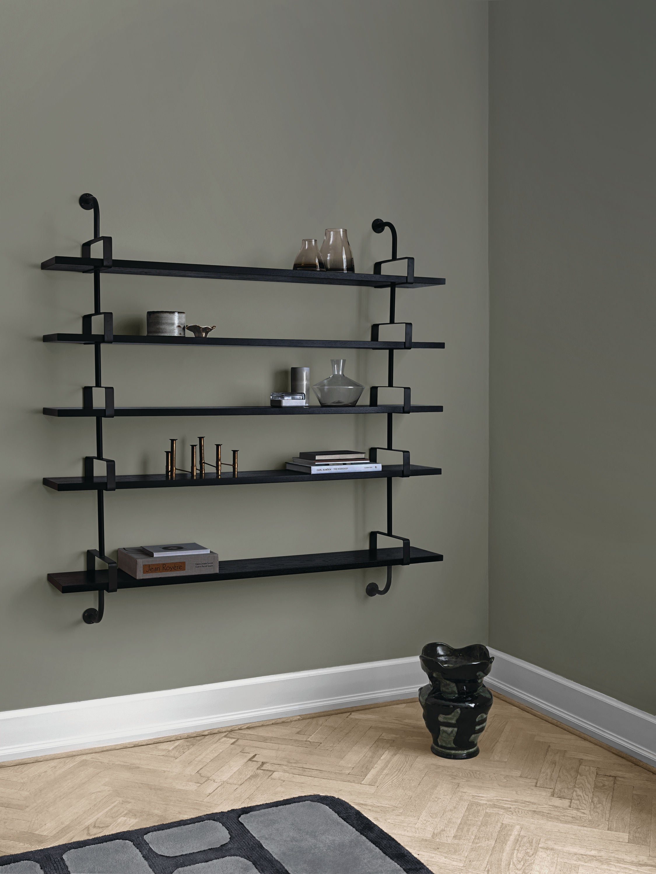 Démon Shelf - 2 Brackets - 155 cm 1 shelf, Black Stained Ash shell fra GUBI