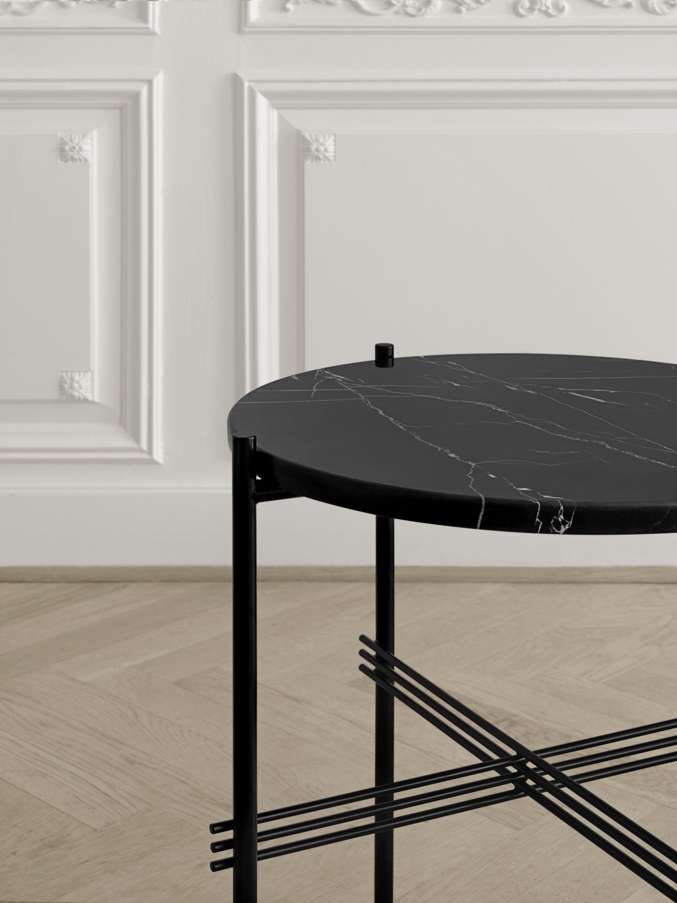 TS Coffee Table - Dia 40 Brass base, glass Graphite Black top fra GUBI