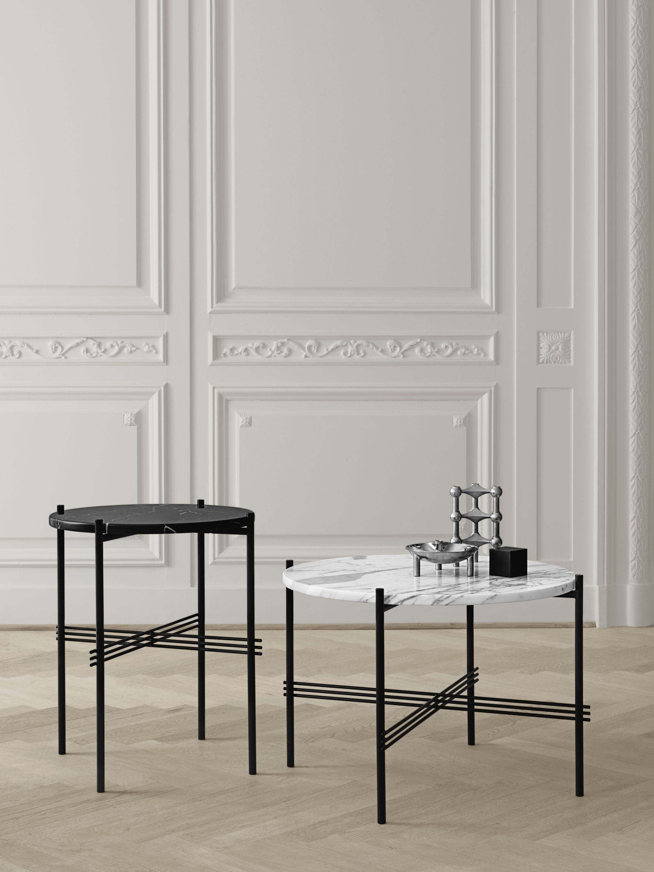 TS Coffee Table - Dia 55 Black base, glass grey blue top fra GUBI