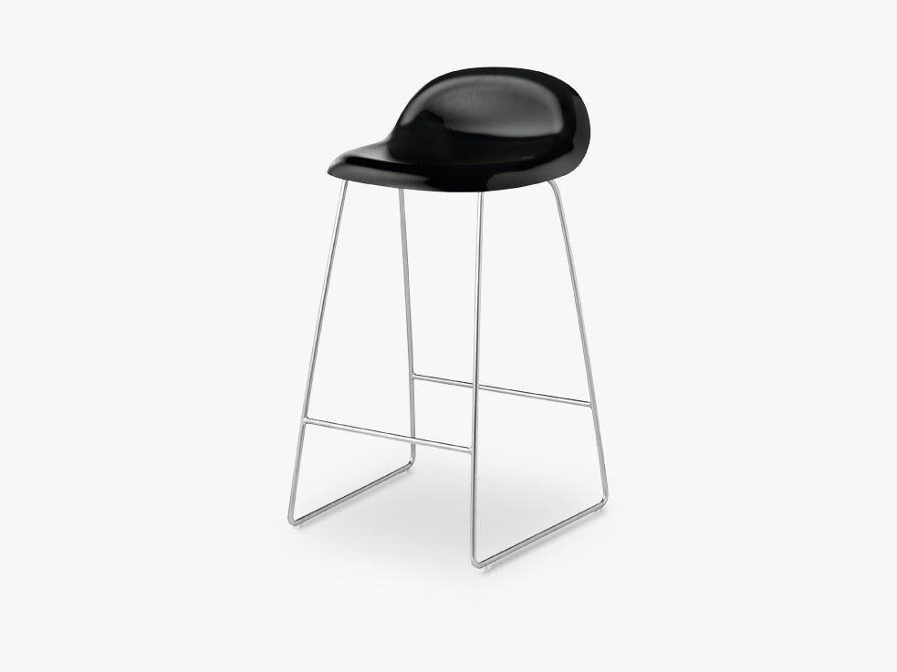 3D Counter Stool - Un-upholstered - 65 cm Sledge Crome base, Black Stained Beech shell fra GUBI