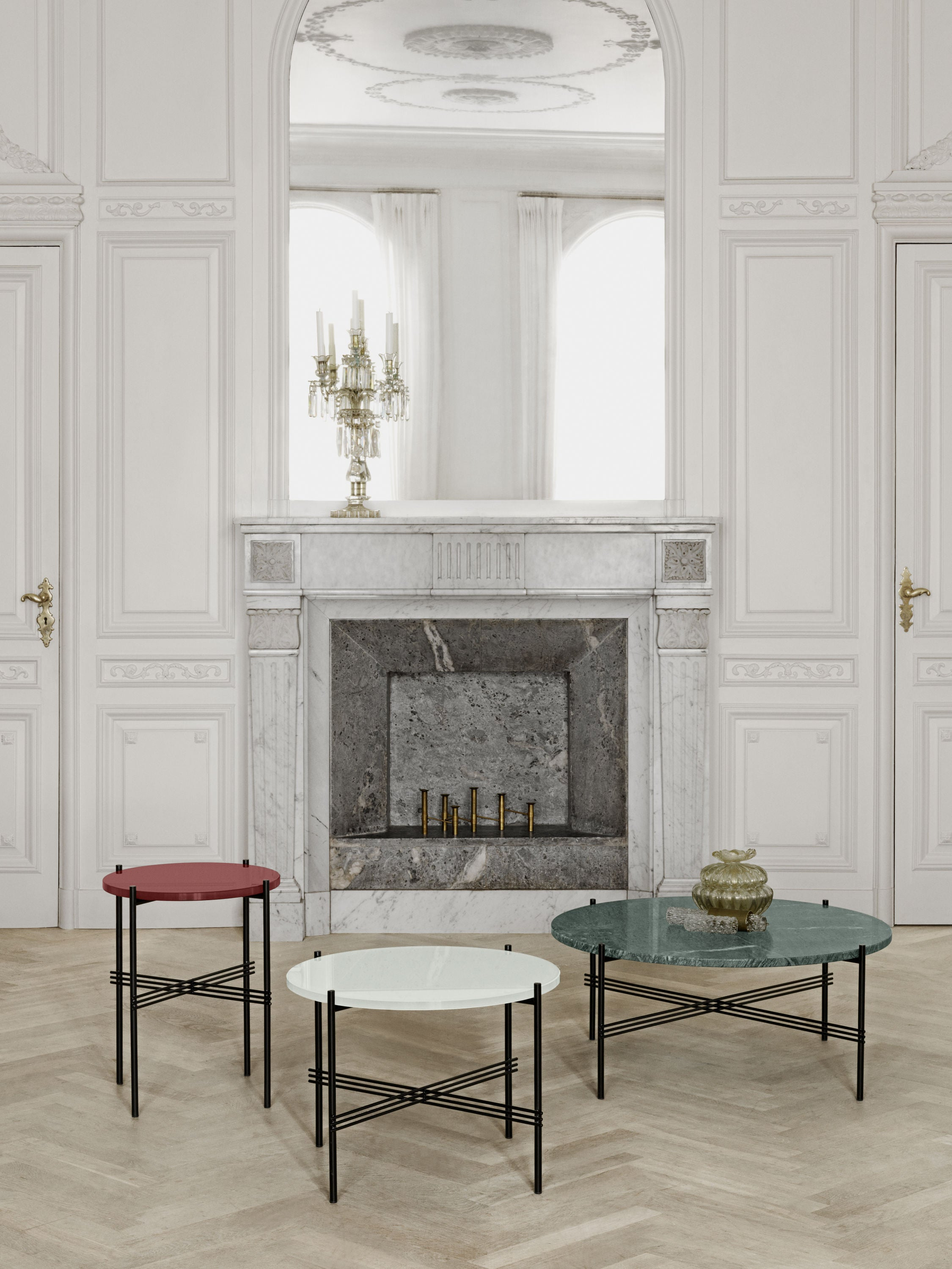 TS Coffee Table - Dia 40 Brass base, marble white top fra GUBI