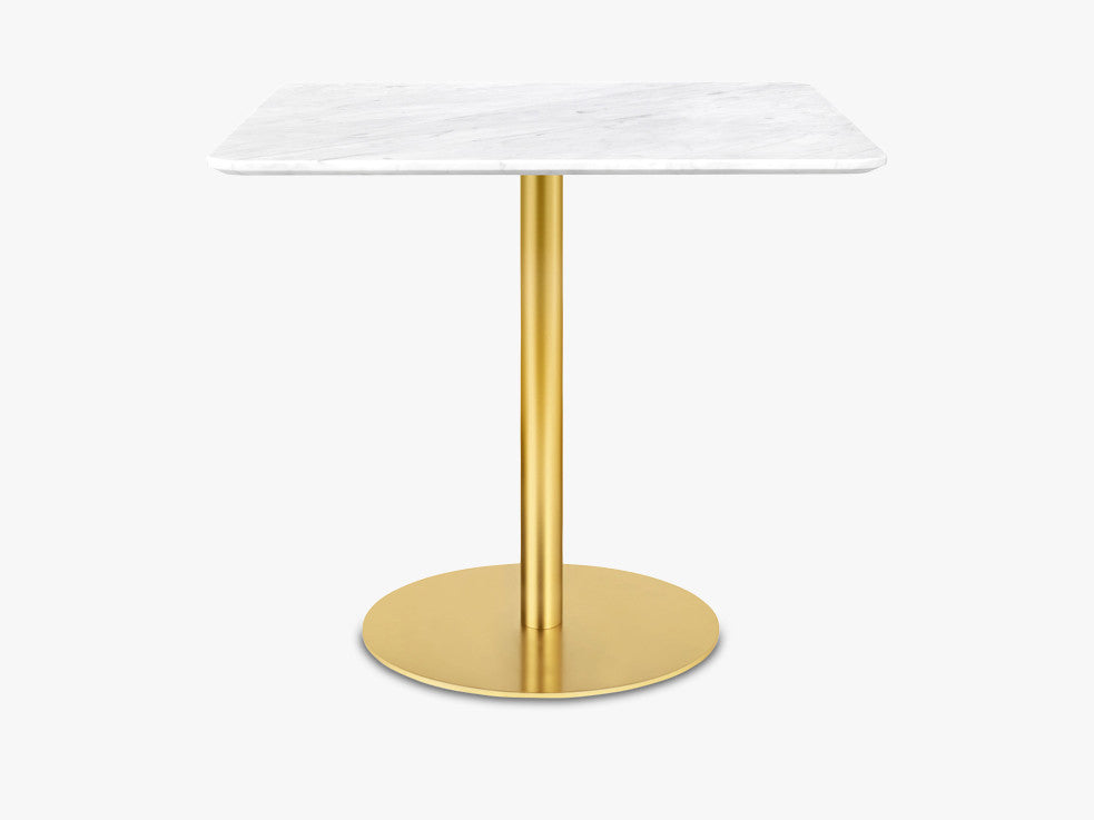 GUBI 10 Dining table - Square - 80x80 Brass Base, Marble White Top fra GUBI