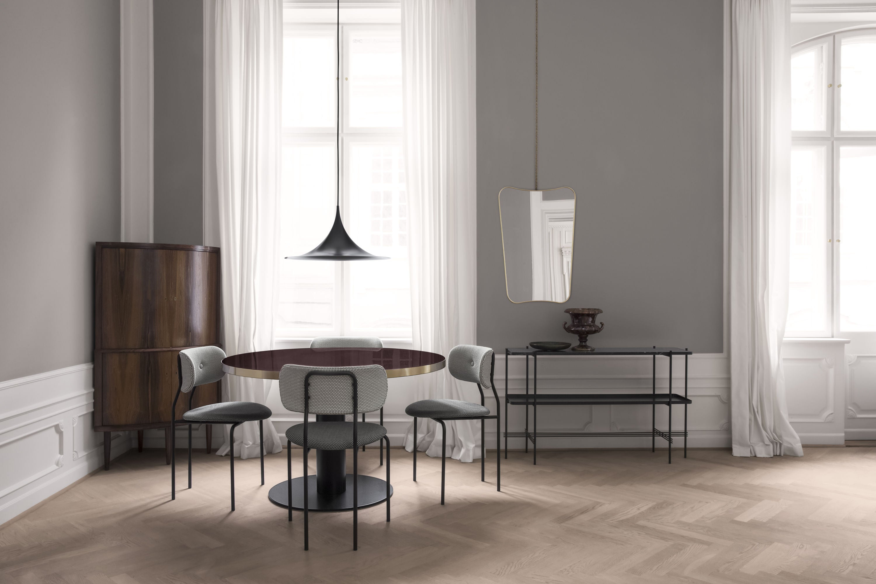 GUBI 2.0 Dining Table - Round - Dia 110 Brass Base, Glass Granite Grey Top fra GUBI