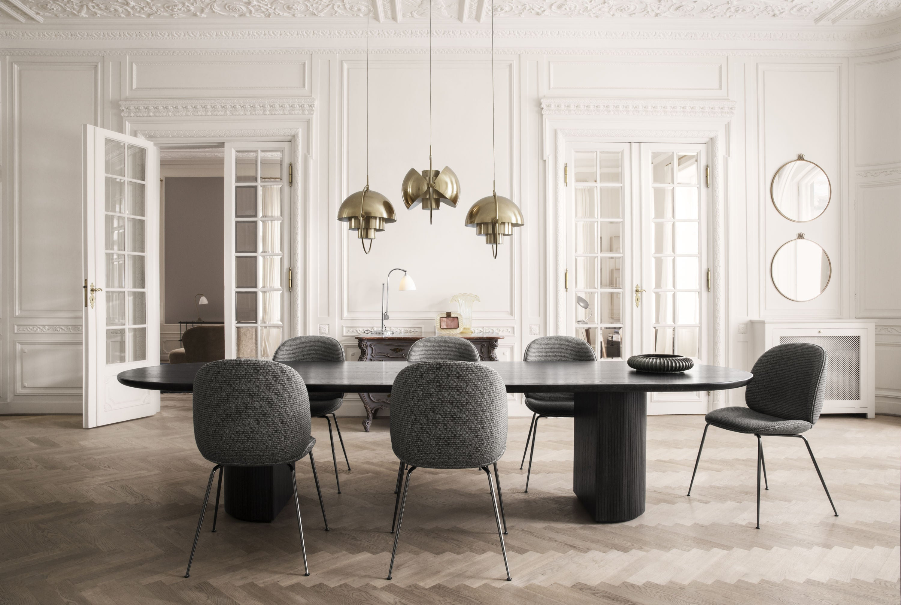 Moon Dining Table - Elliptical, 260x105 - Brown/Black Stained Veneer Lacquered fra GUBI