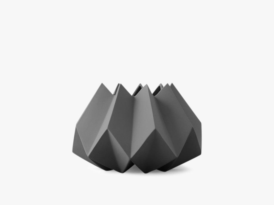 Folded Vase, Low, Carbon fra Menu