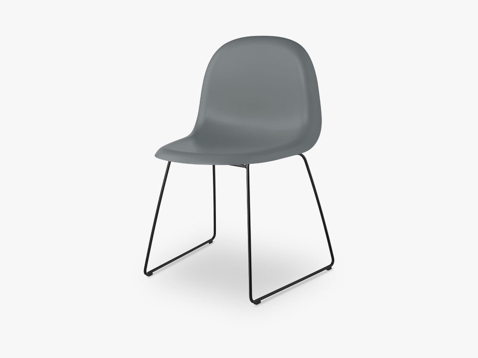3D Dining Chair - Un-upholstered - Stackable Sledge Black base, Rainy Grey shell fra GUBI
