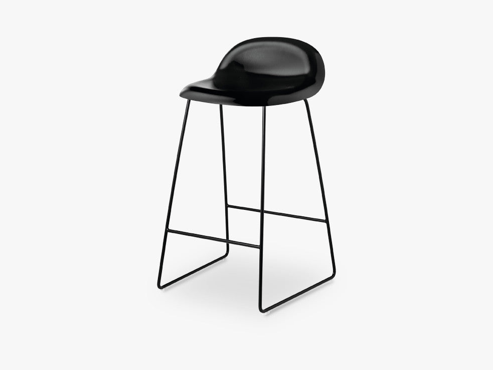 3D Counter Stool - Un-upholstered - 65 cm Sledge Black base, Black Stained Beech shell fra GUBI