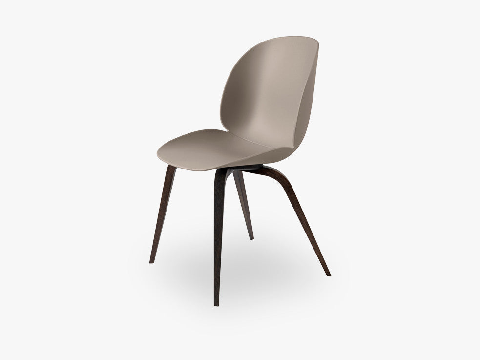 Beetle Dining Chair - Un-upholstered Smoked Oak base, New Beige shell fra GUBI